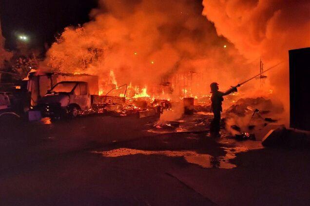 У Києві згорів автомобіль та дві споруди