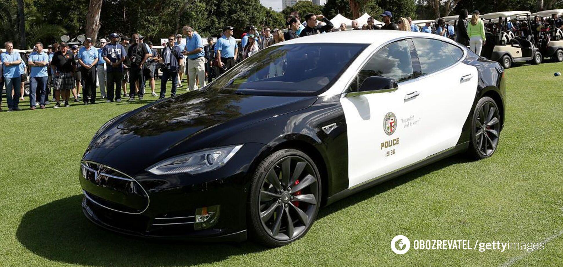 'Заряд кончается, преступник уходит': полицейская Tesla 'умерла' во время погони