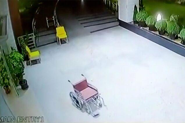 Камеры сняли движение пустой инвалидной коляски