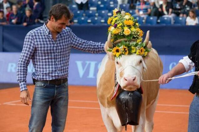 Бронзовая груша и корова: самые необычные спортивные трофеи