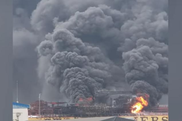 В Южной Корее взорвалось и загорелось судно с россиянами: жуткие видео ЧП