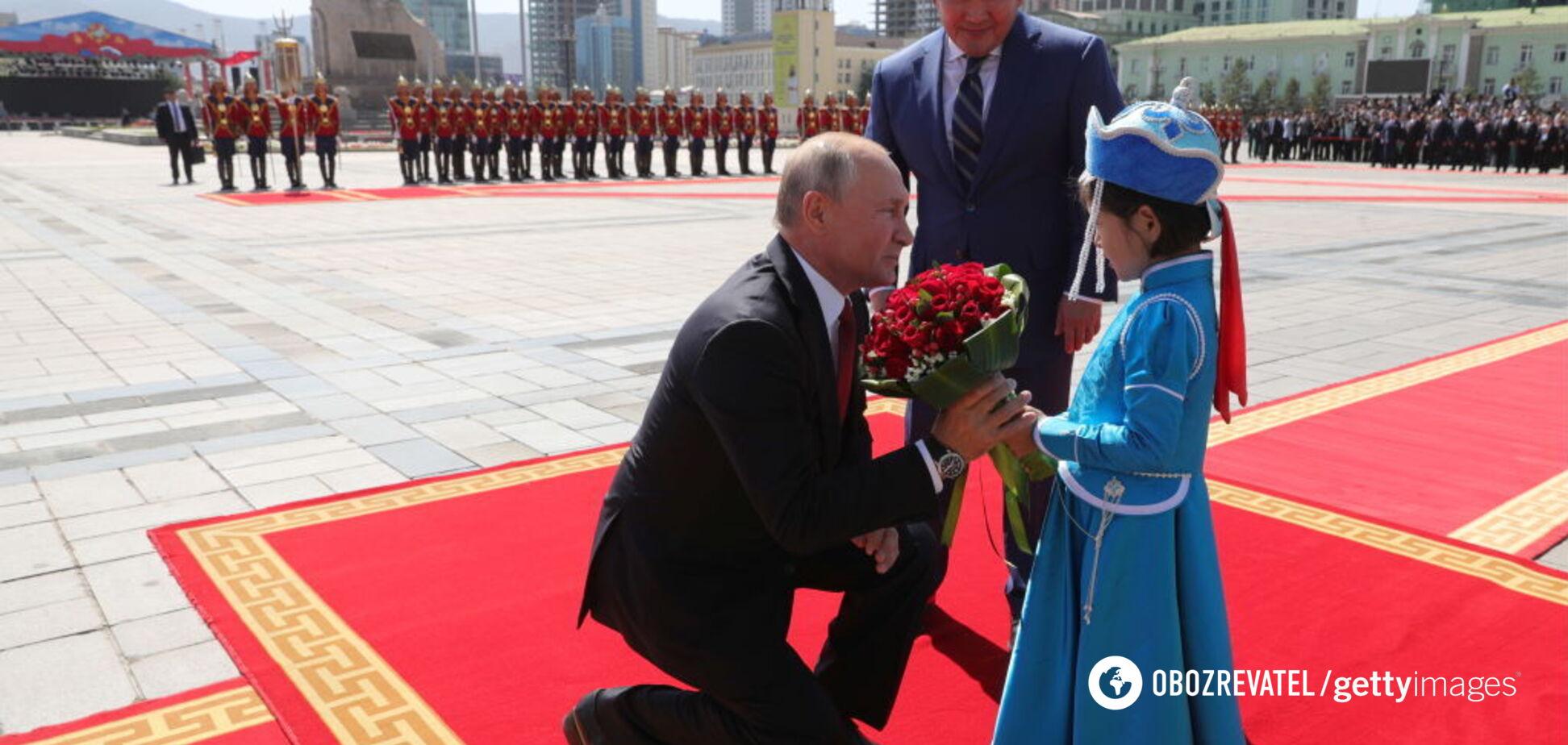 'Про онуків мріє': Путіна знову застали за поцілунком з дитиною