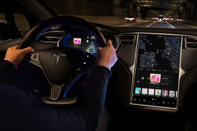 """Демонстрація """"пісенного режиму"""" на бортовому комп'ютері Tesla"""