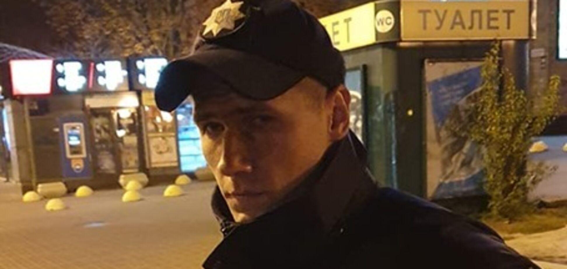 В Киеве полицейский пять часов провел на крыше, спасая самоубийцу: фото героя