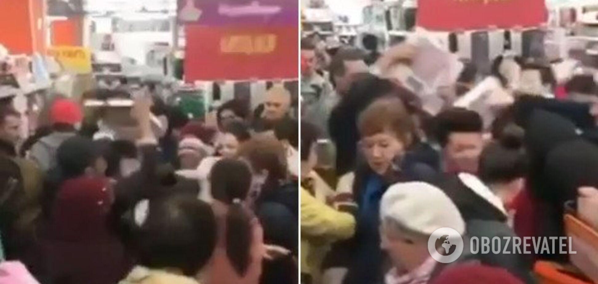 У Росії в магазині люди мало не задавили однеодного через знижки