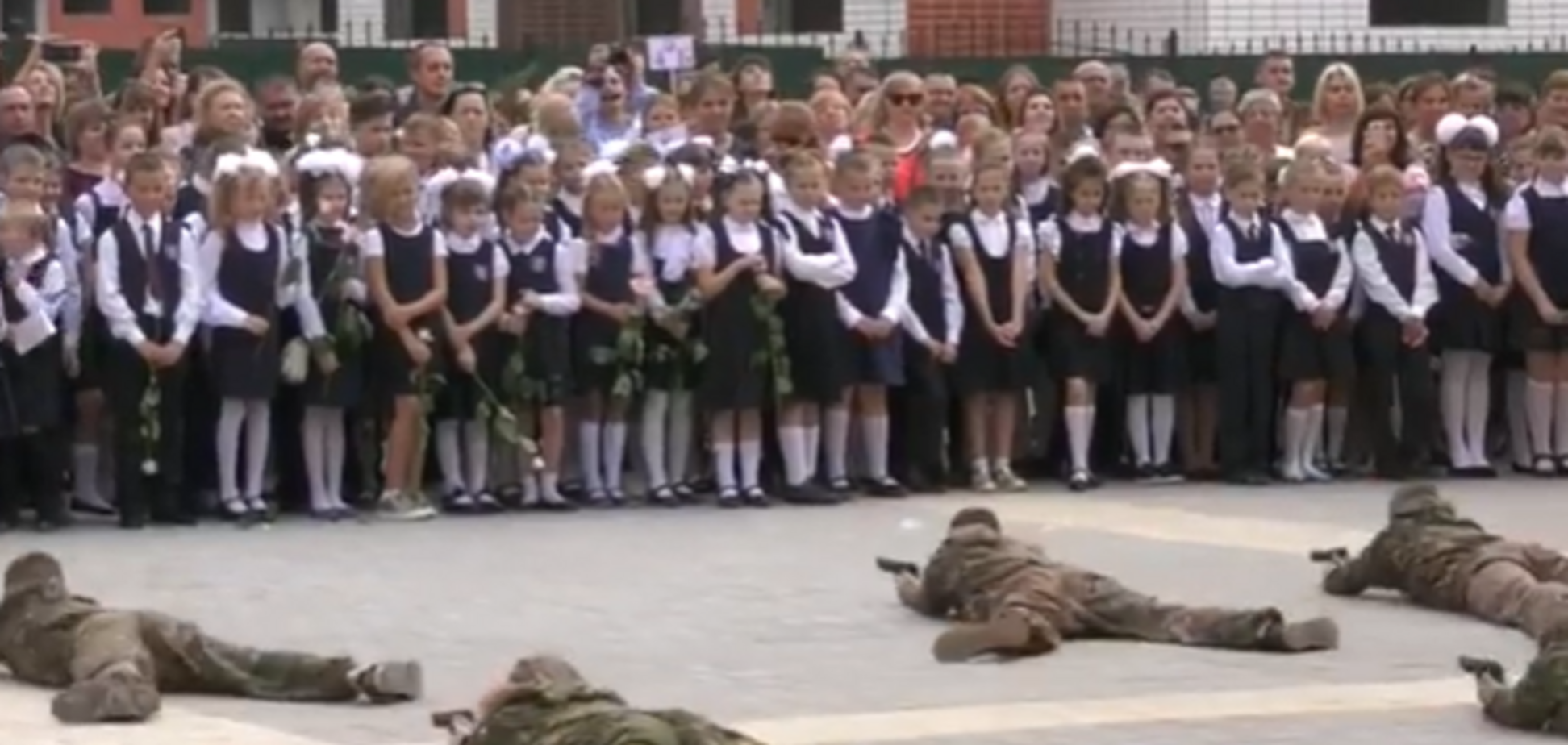 'Перекосило лица!' В России на школьную линейку согнали 'спецназ'. Видео