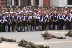 'Перекосило обличчя!' У Росії на шкільну лінійку зігнали 'спецназ'. Відео