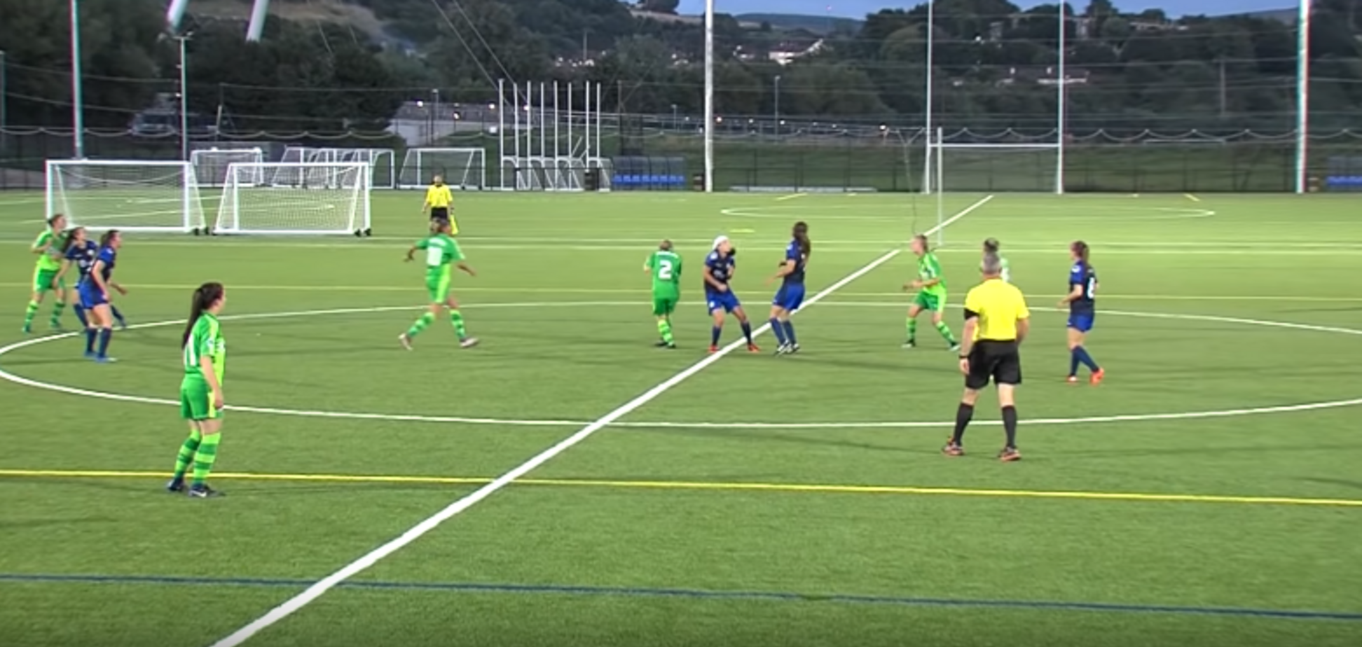 Футболистка забила чудо-гол с центра поля