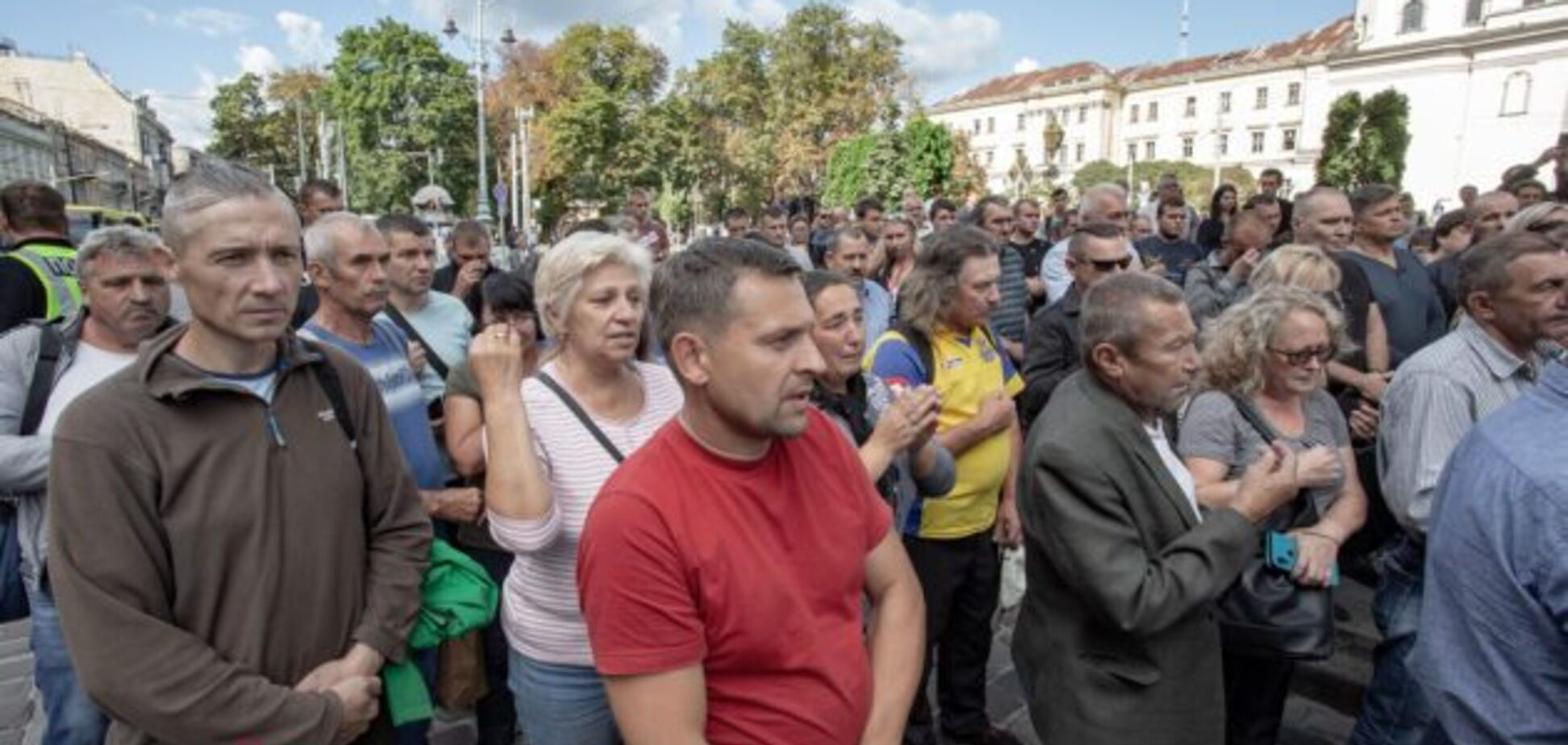 Зустрічали на колінах: у Львові попрощалися з молодим бійцем ЗСУ
