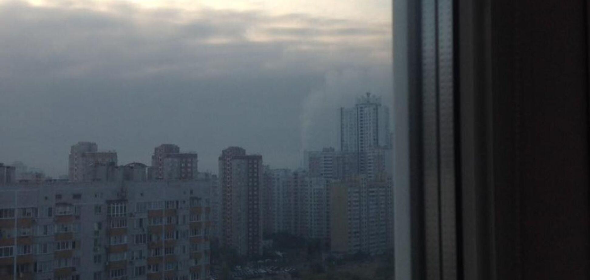 В Киеве микрорайон затянуло черным дымом