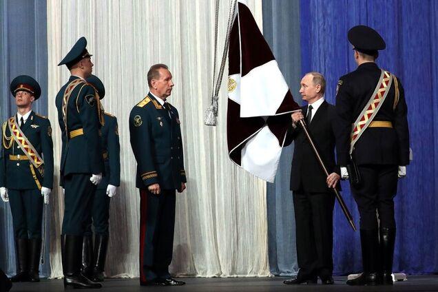 Владимир Путин на церемонии вручения знамени войск Нацгвардии