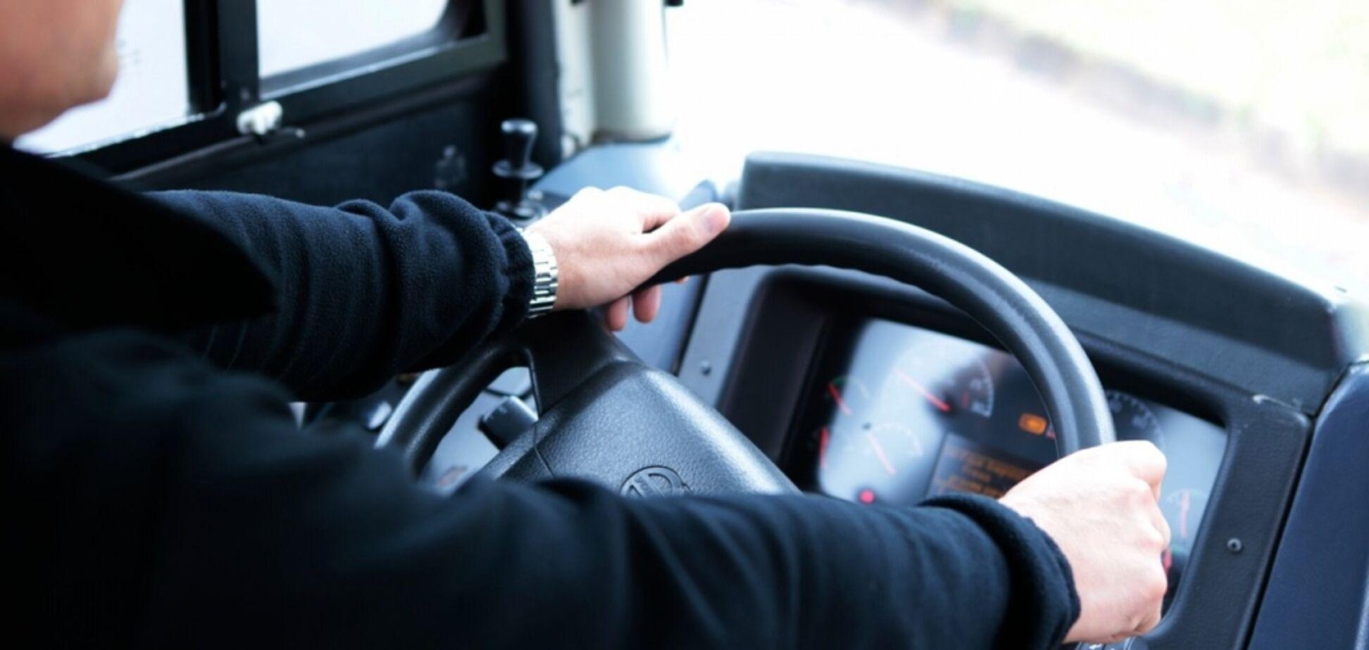 Знайшли без свідомості: на Дніпропетровщині маршрутник викинув жінку з нападом