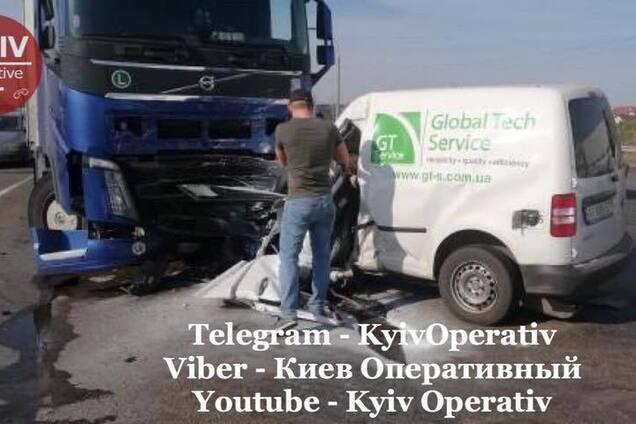 Під Києвом легковик влетів у вантажівку