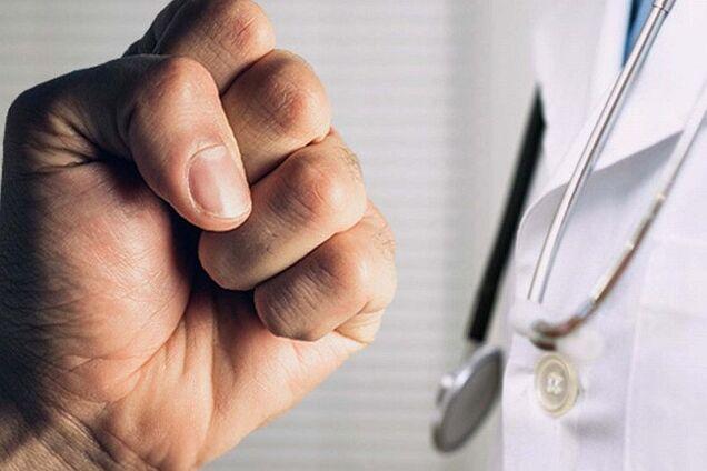 Побили медиків