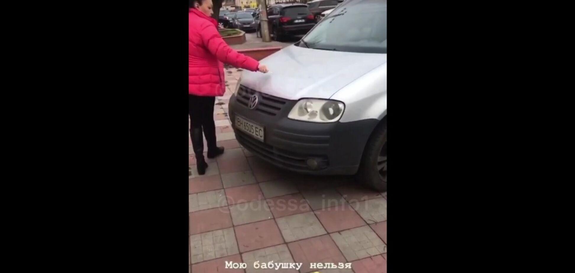 В Одессе женщина брутально отомстила автохамам