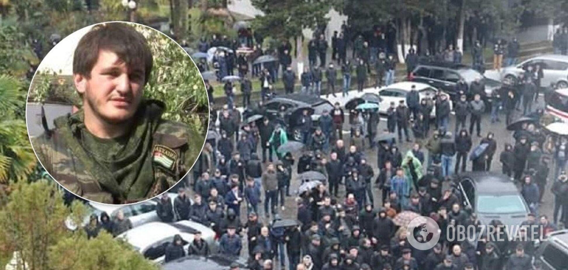 'Вони нас знищують!' На протестах у невизнаній Абхазії помітили 'героя ДНР'