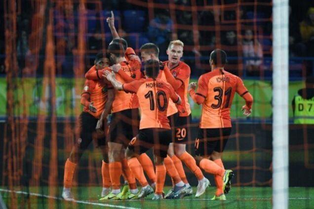 Жуніор Мораес святкує гол разом із партнерами по команді