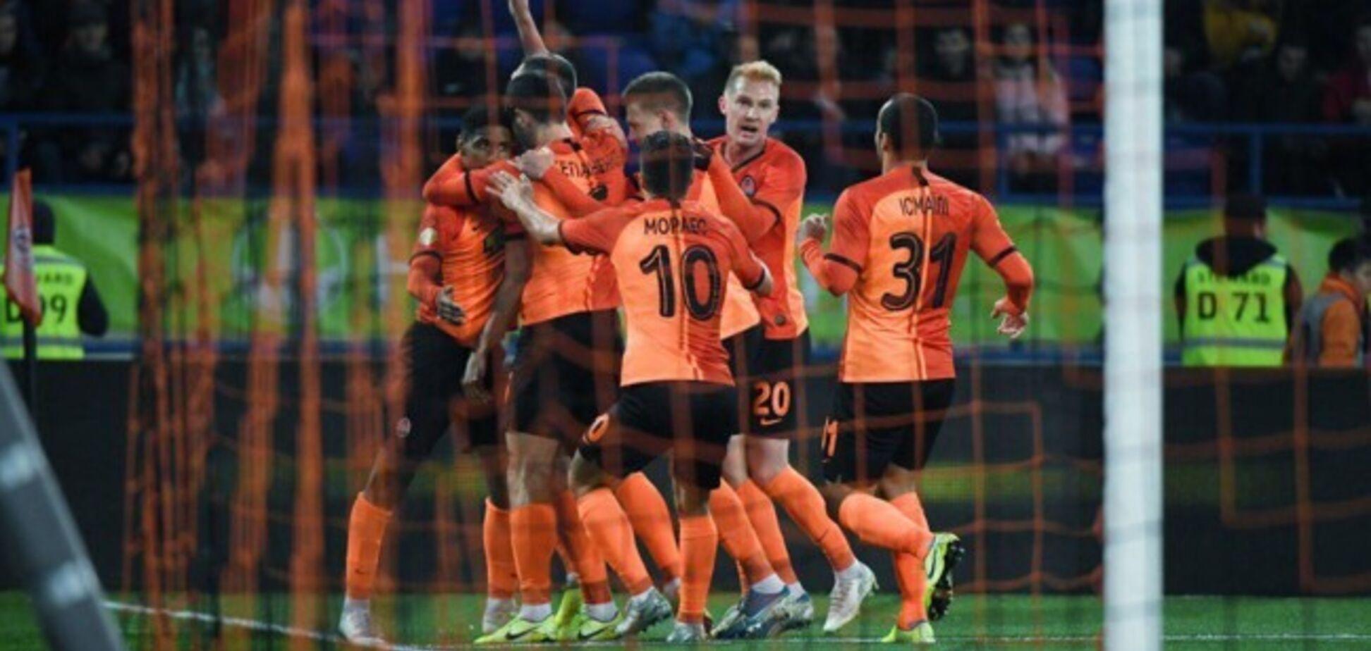 Жуніор Мораес святкує гол разом з партнерами по команді