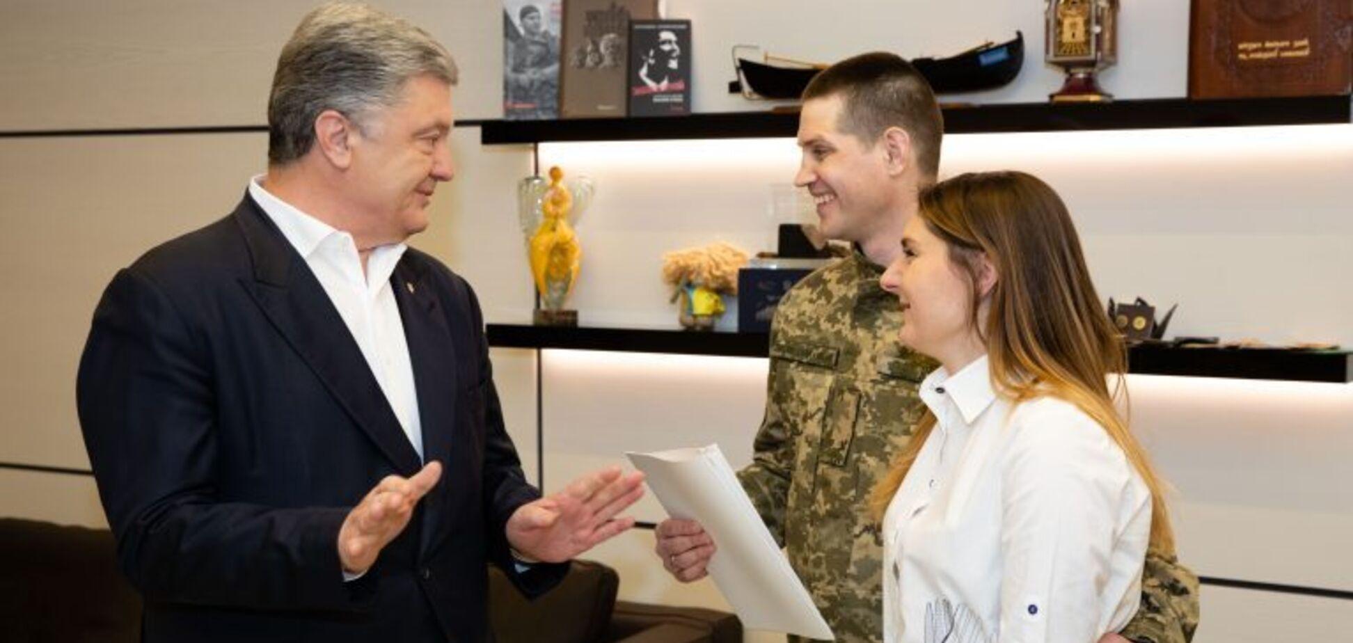 'Настоящий украинский рыцарь!' Порошенко приобрел квартиру танкисту, освобожденному из российского плена