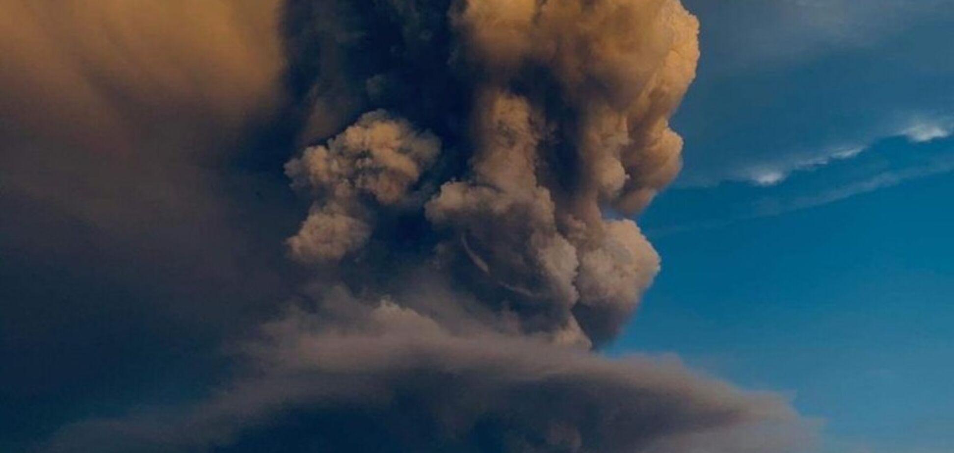 На Филиппинах разбушевался гигантский вулкан: аэропорт закрыт. Фото и видео