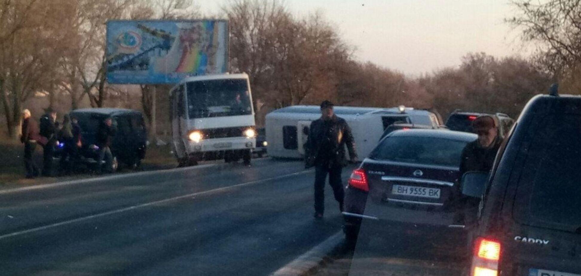 Пассажирский микроавтобус перевернулся на трассе Одесса-Южный