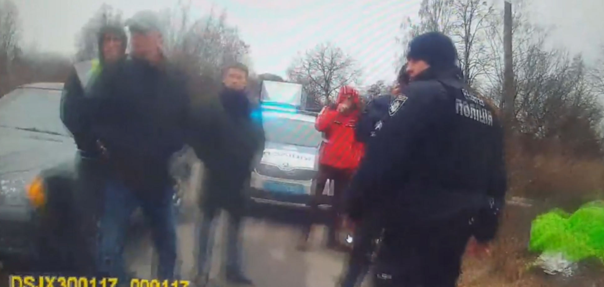 Лицом в землю: в Белой Церкви вооруженный мужчина 'неудачно' напал на полицейских. Видео