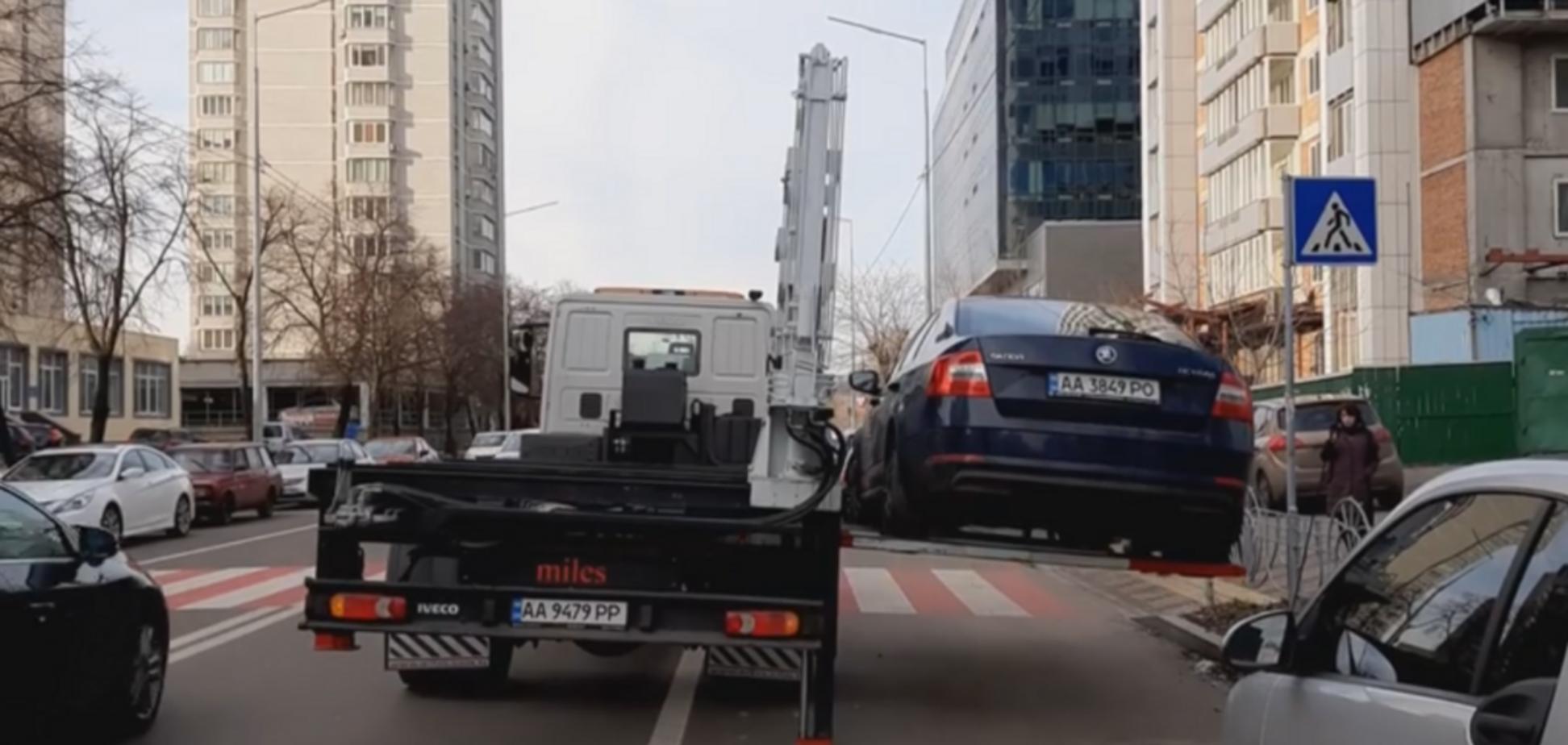 Убрать за 60 секунд: в Киеве эвакуировали рекордное количество авто. Первое видео с нарушителем