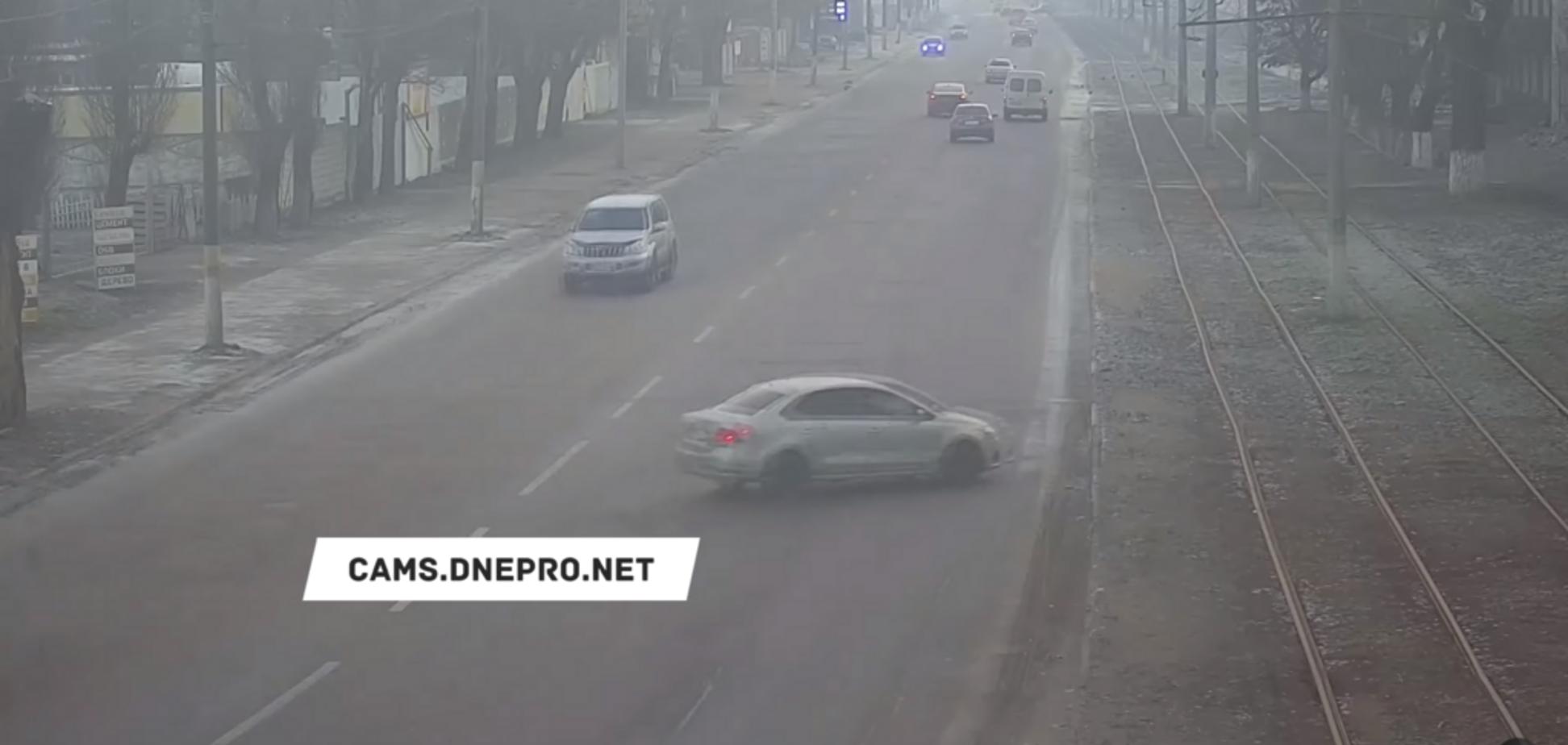 На Днепропетровщине авто 'подскользнулось' и вылетело с дороги. Видео