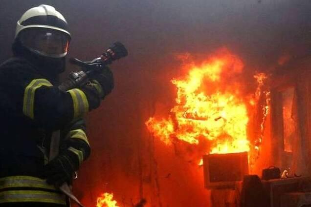 В Кривом Роге пожарные вынесли из горящего дома мужчину