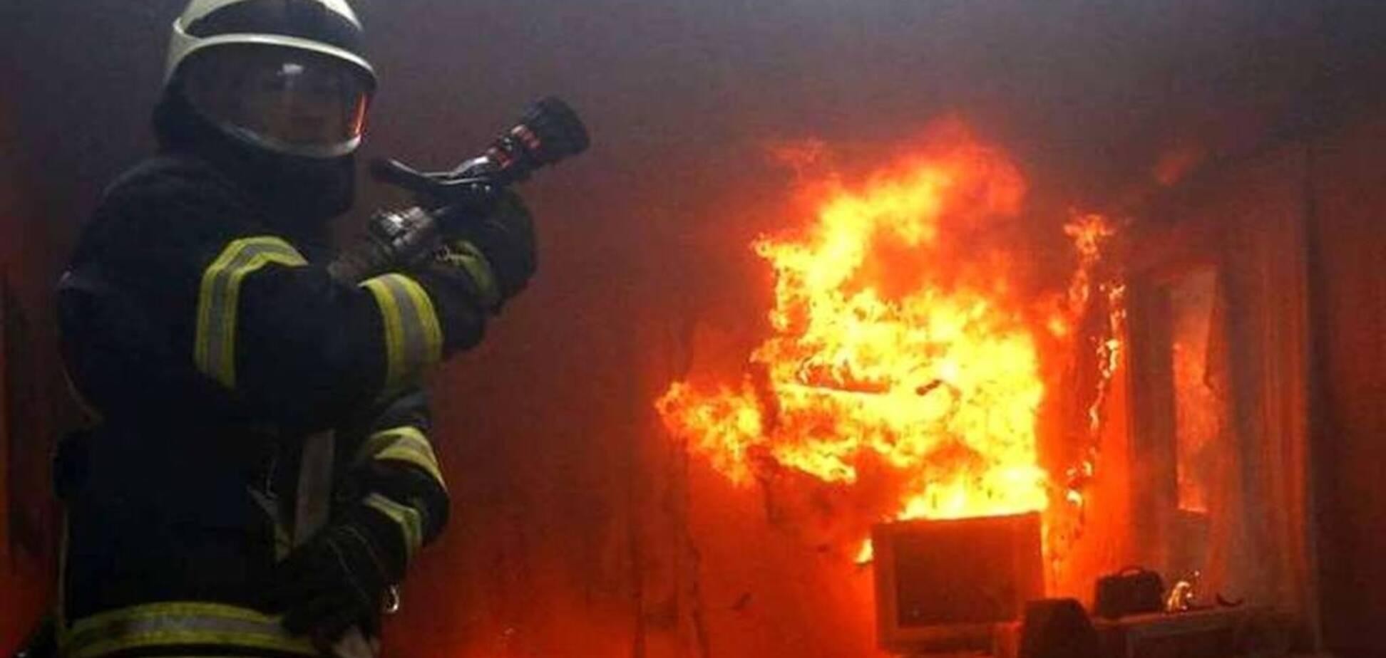 В Кривом Роге пожарные вынесли из горящего дома мужчину. Фото с места ЧП