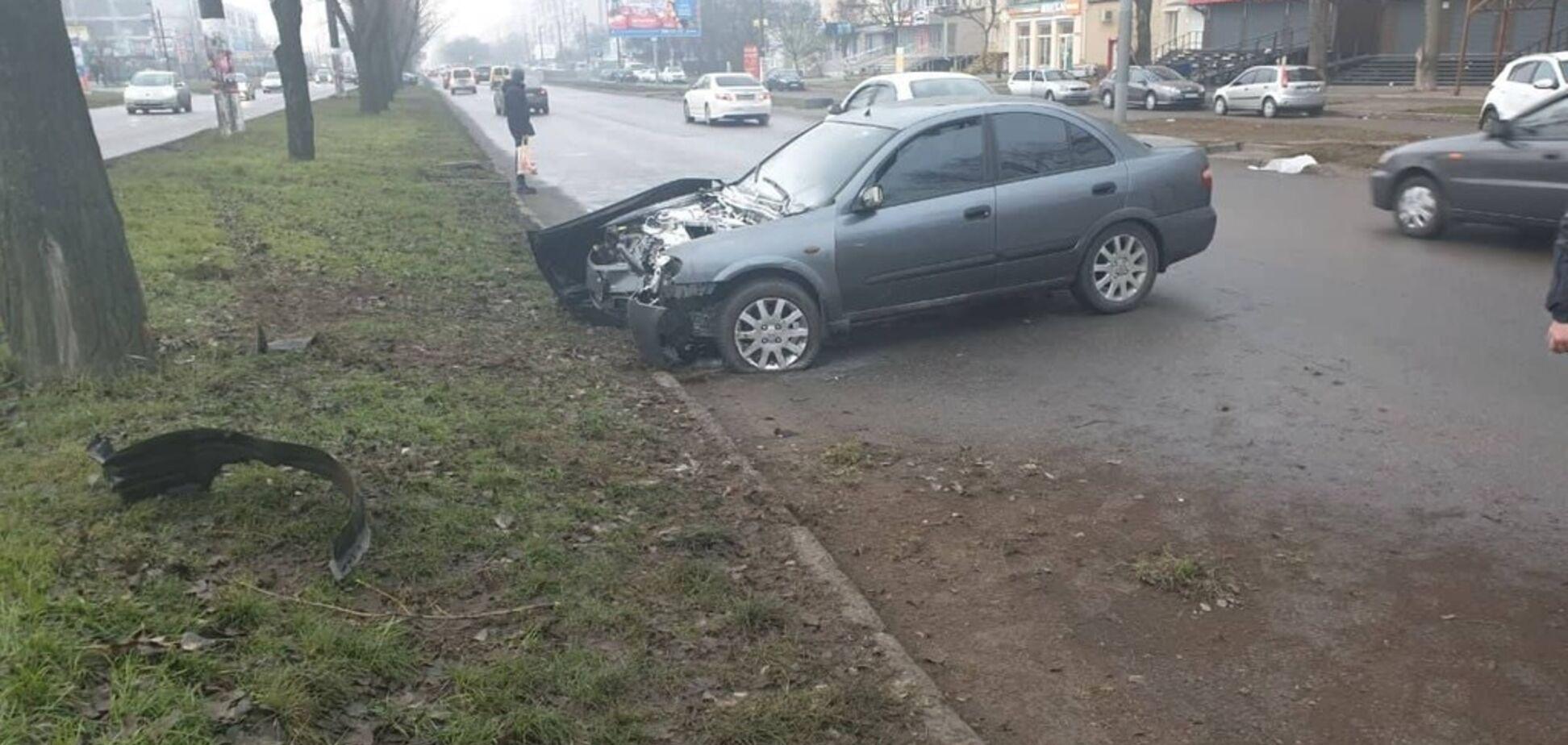 В Одессе авто врезалось в дерево и загорелось