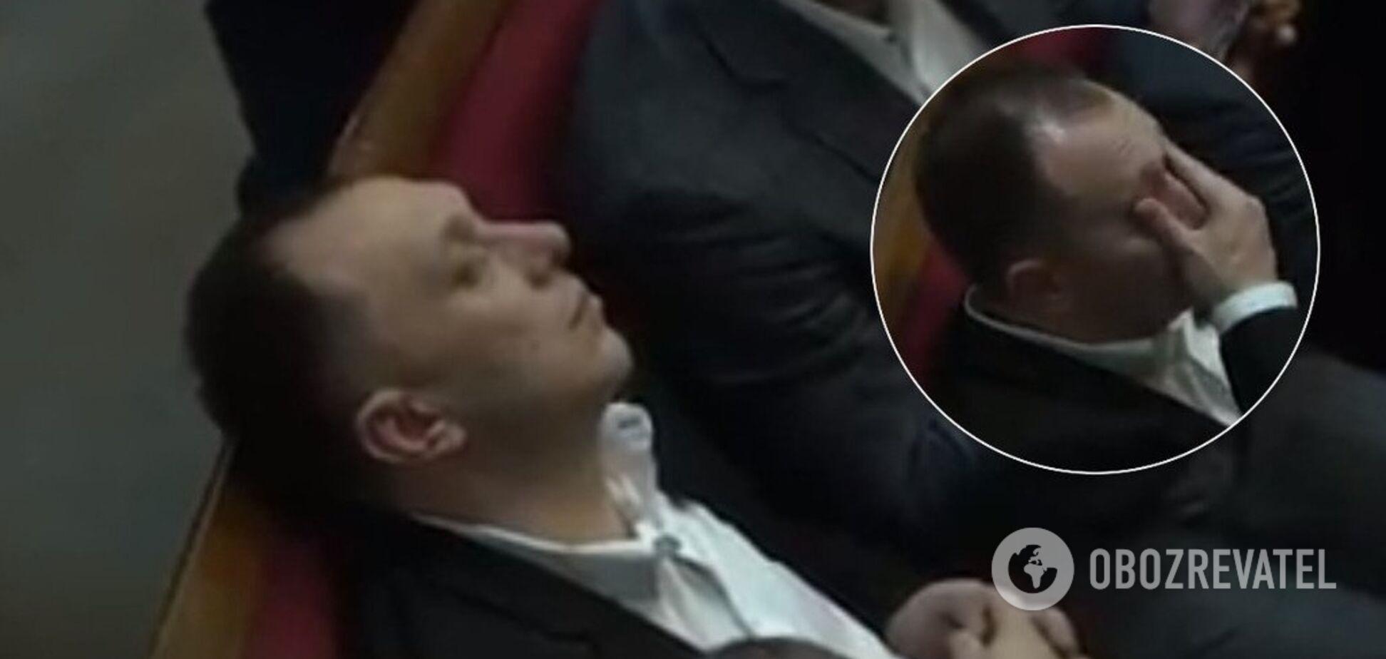 'Я не спал!' Отдых 'слуги' в Раде засняли на видео: он нелепо оправдался
