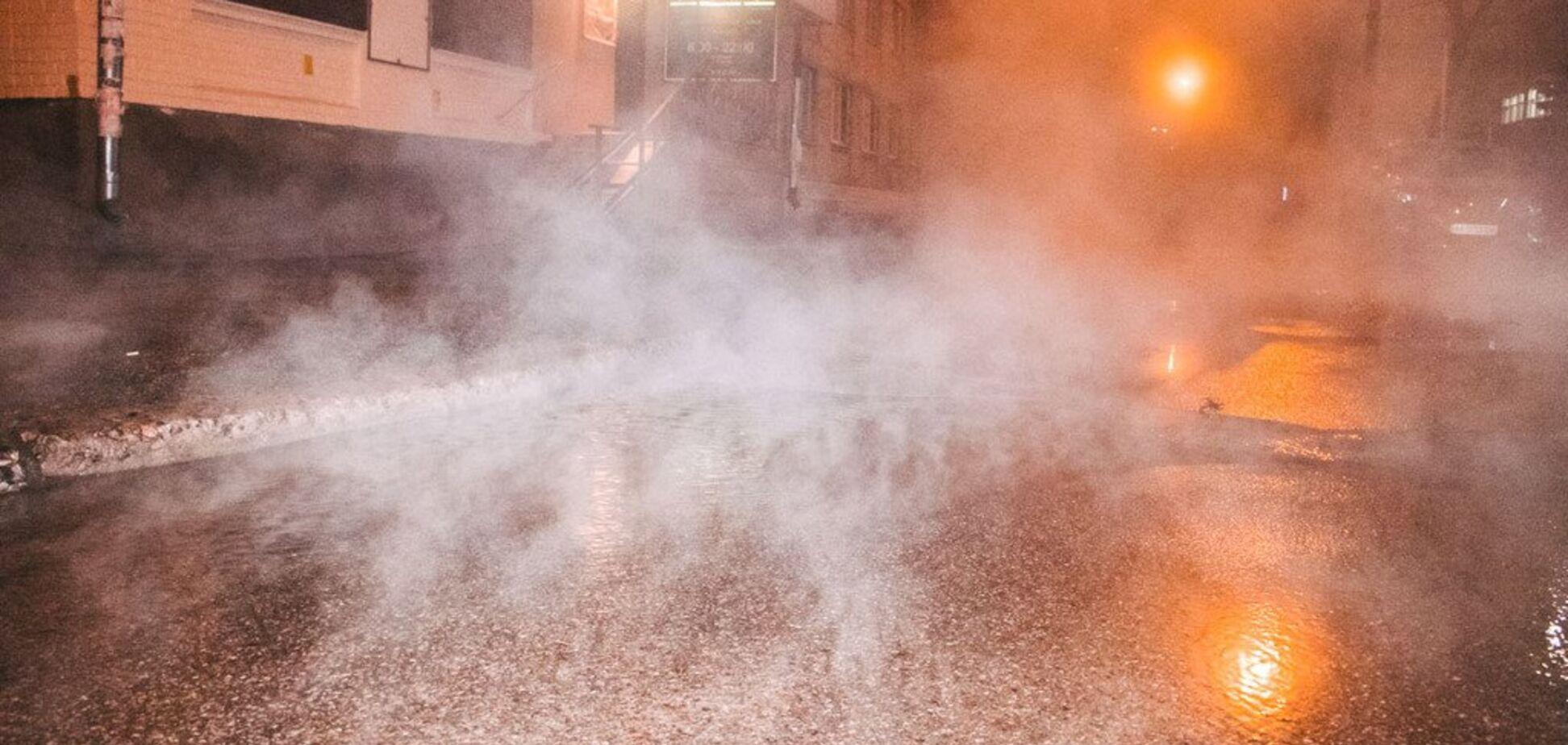 У Києві прорвало ще одну трубу: окріп залив усю вулицю. Фото й відео