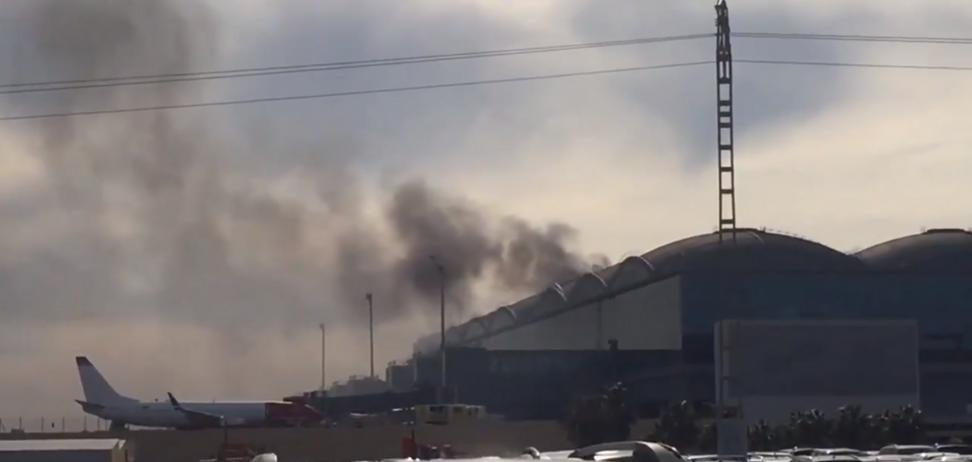 Эвакуировали самолеты, рейсы отменили: в Испании вспыхнул мощный пожар в аэропорту. Фото и видео