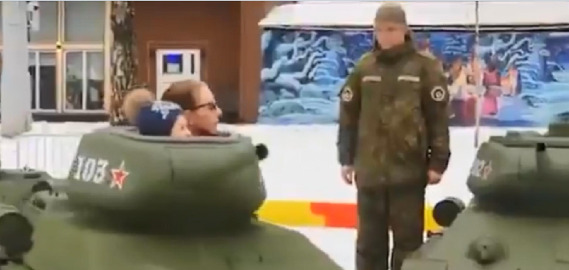 В Москве поставили аттракцион с танками для детей
