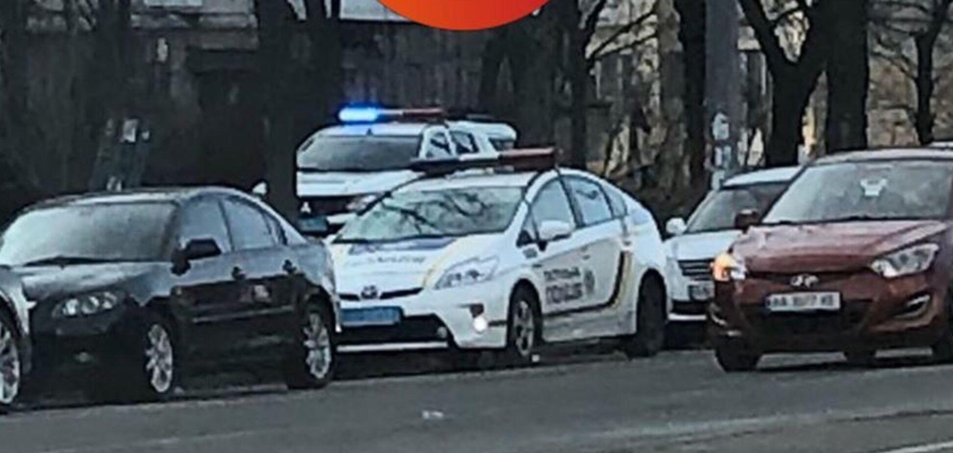 У Києві серед білого дня знайшли труп у під'їзді: перші фото і деталі