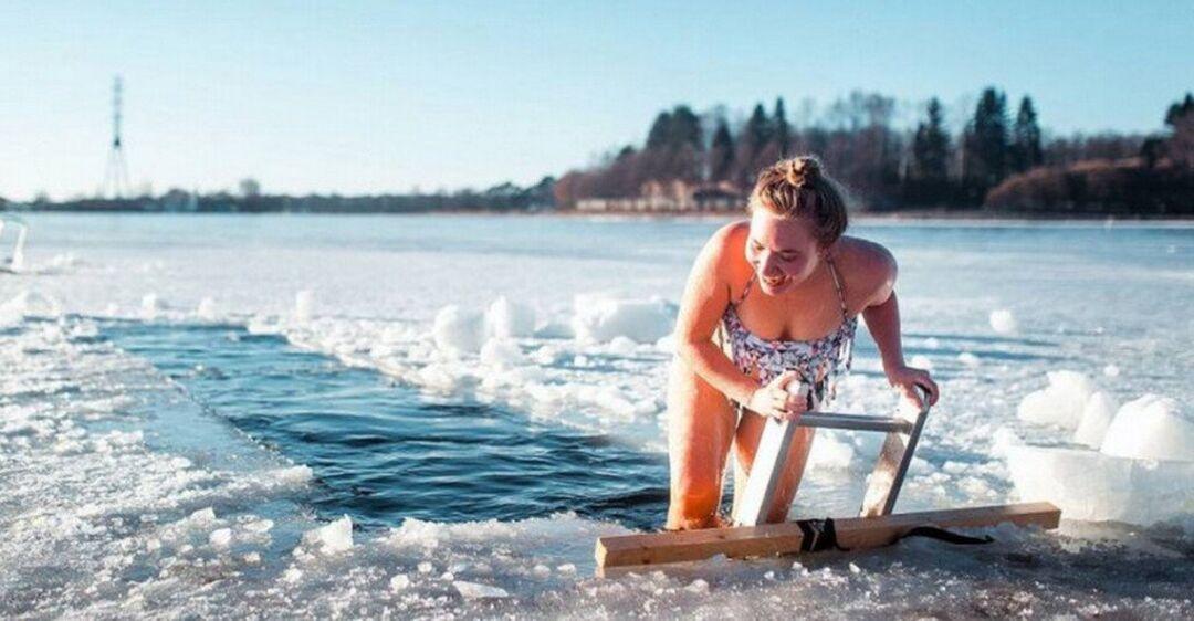 Нырять-не нырять: эксперт назвала плюсы и минусы крещенских купаний