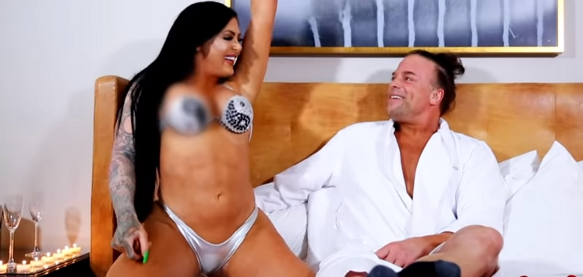 Відомий рестлер організував груповий секс з дружиною і дівчиною, виклавши відео в мережу
