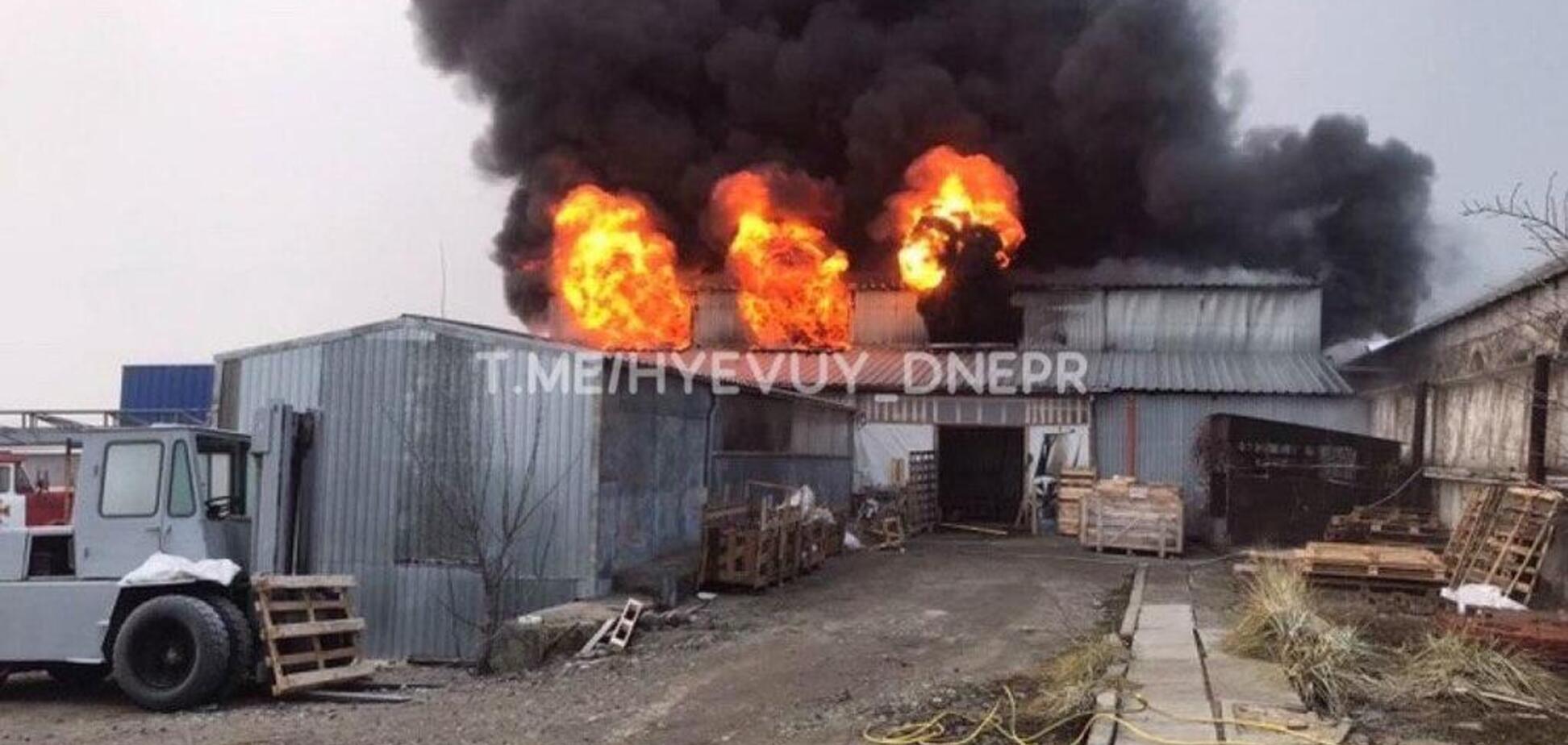 Под Днепром полсотни спасателей тушили пожар на складе автозапчастей. Видео