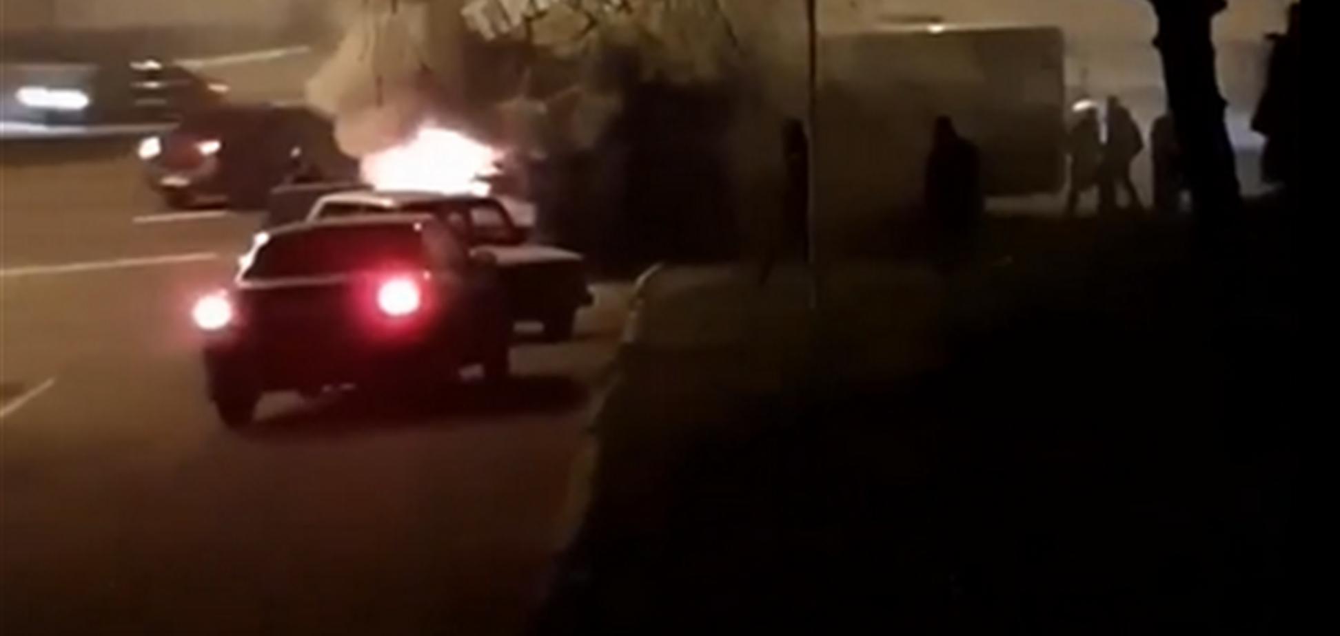 У Дніпрі на мосту спалахнув автобус з пасажирами. Відео