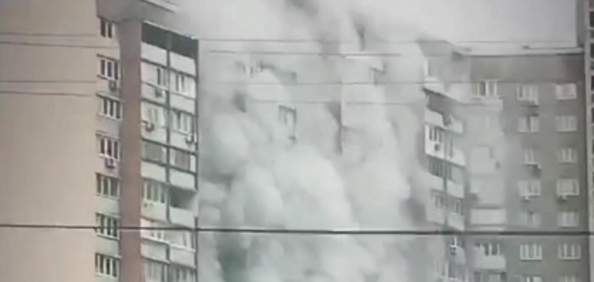 Валил черный дым: в Киеве горела многоэтажка. Видео и подробности ЧП
