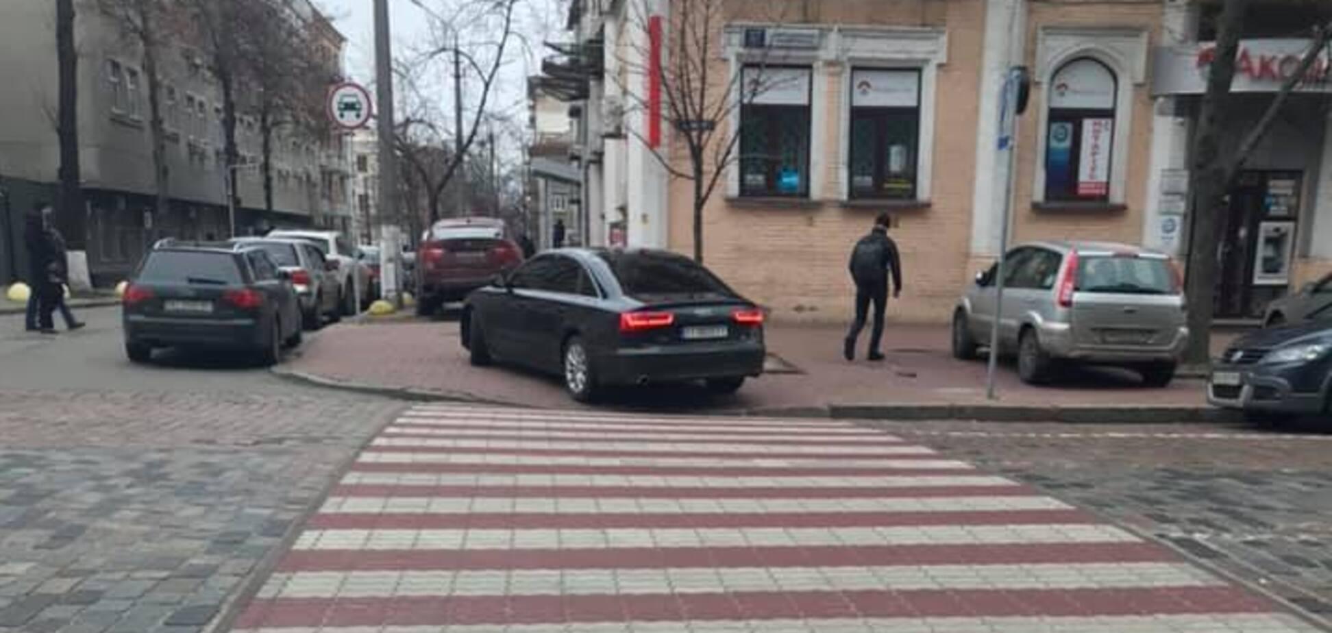 В Киеве сотрудник СБУ припарковал авто посреди тротуара