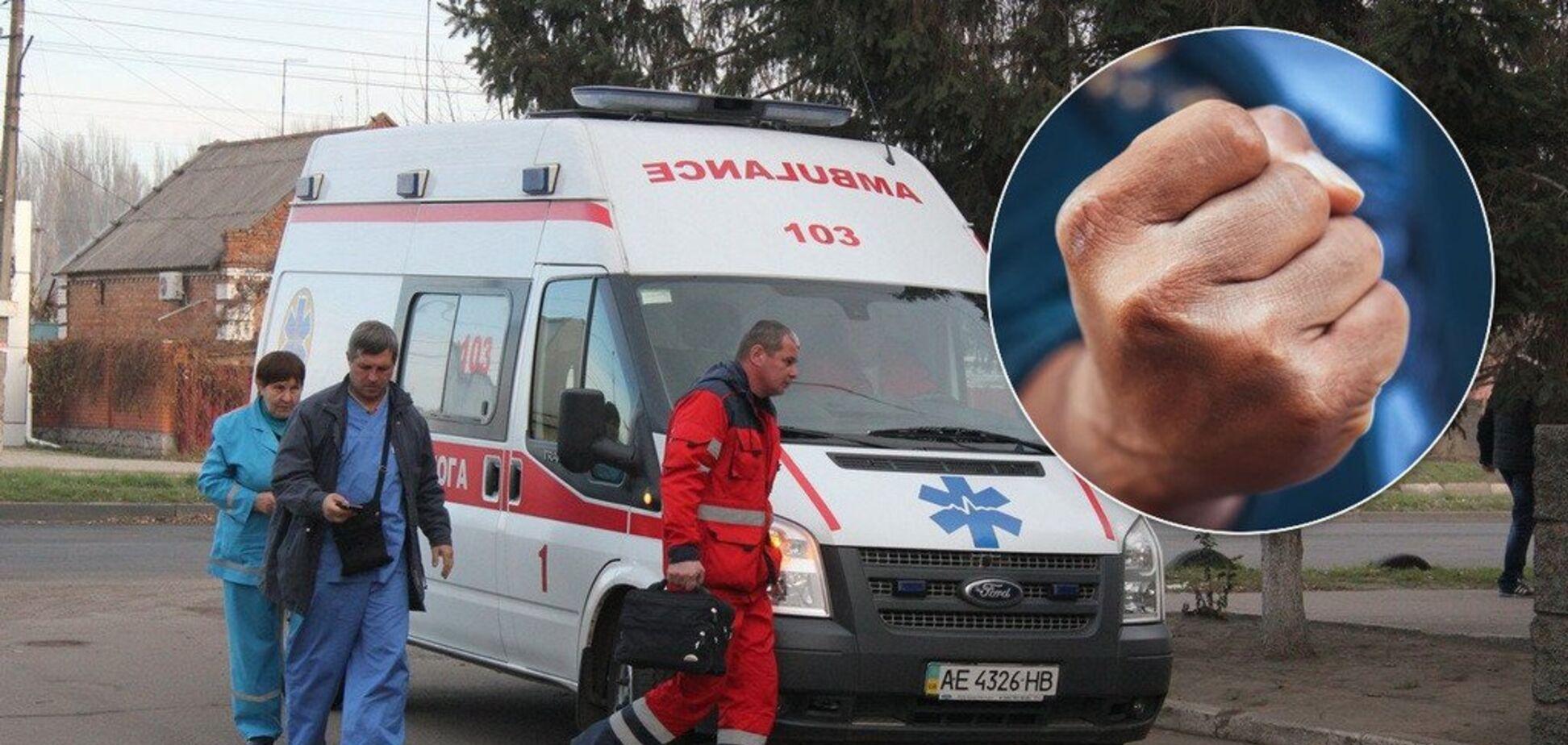 В Украине на врачей 'скорой' нападают пациенты: бьют и кидаются с ножами, а защиты нет