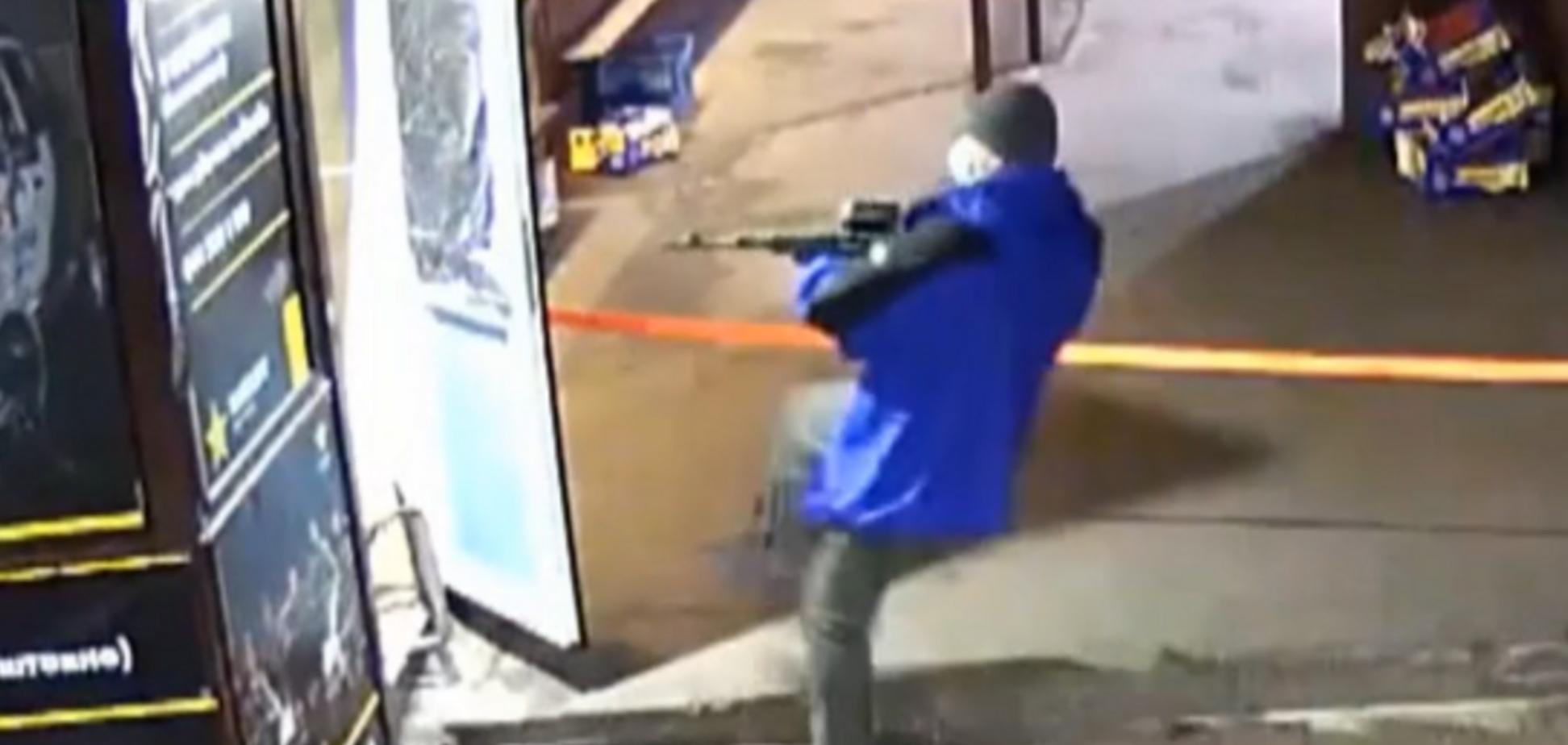 Поджигают, если не заплатить: рынок на Троещине 'захватила' вооруженная банда. Видео