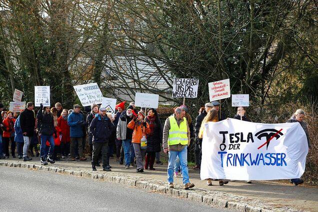 Протесты активистов против строительства фабрики Tesla в Берлине, Германия