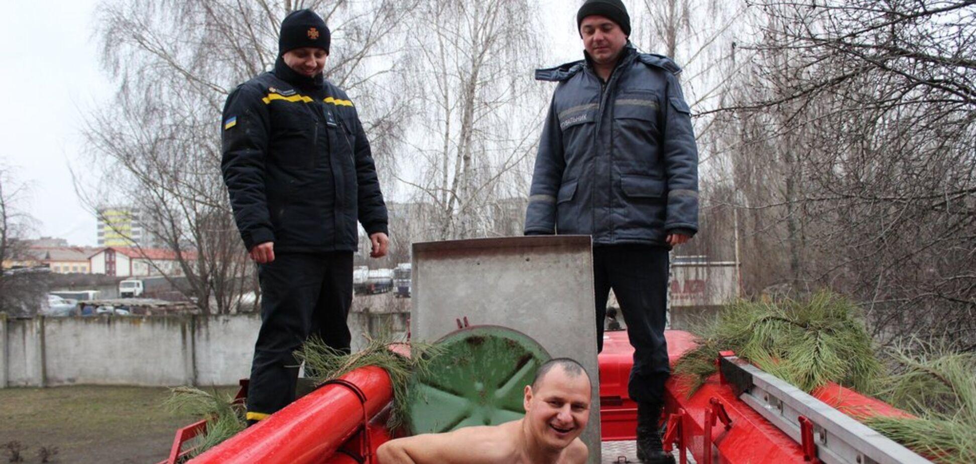 На Крещение черкасские спасатели ныряли в пожарную автоцистерну. Фото
