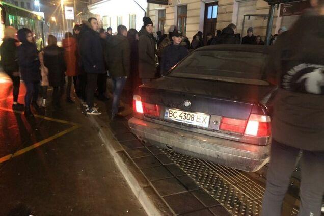 Во Львове BMW влетел в остановку
