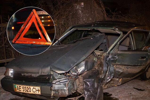 В Днепре автомобиль на скорости врезался в дерево