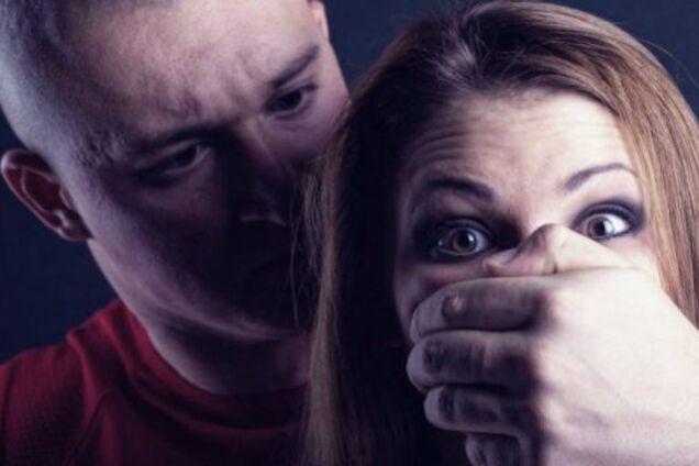 В Кривом Роге вооруженный мужчина изнасиловал девушку