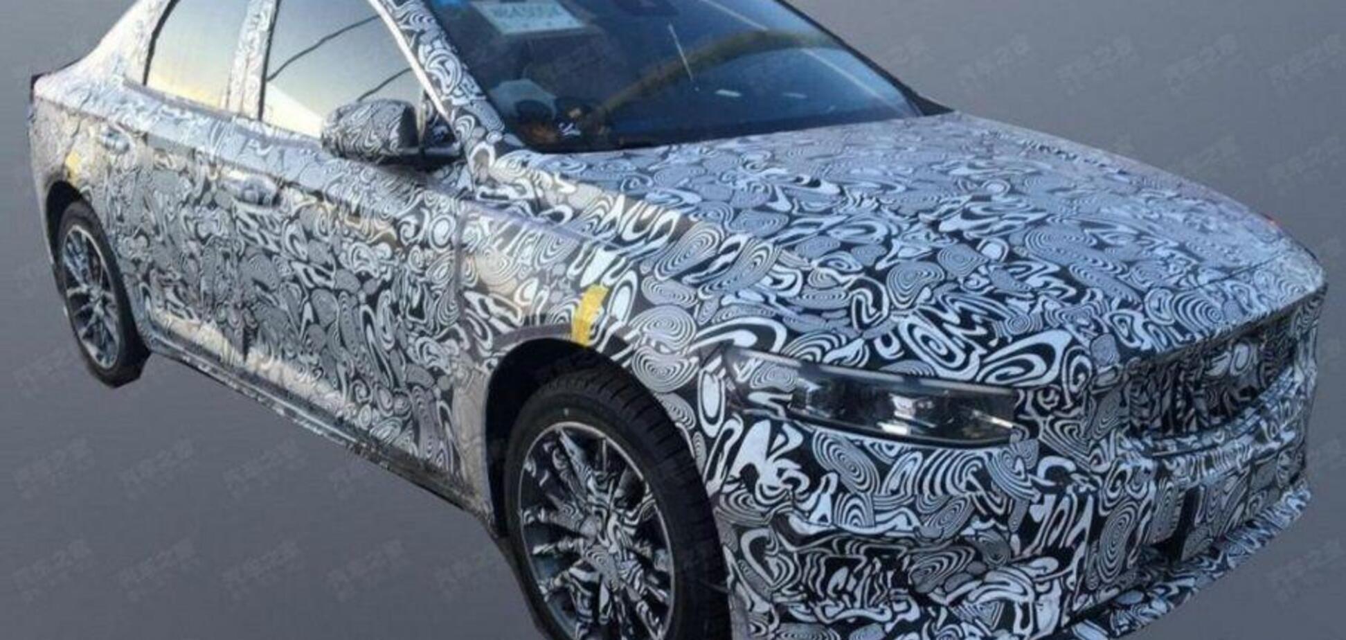 Новий седан Geely-Volvo засвітився на дорогах: з'явилися живі фото